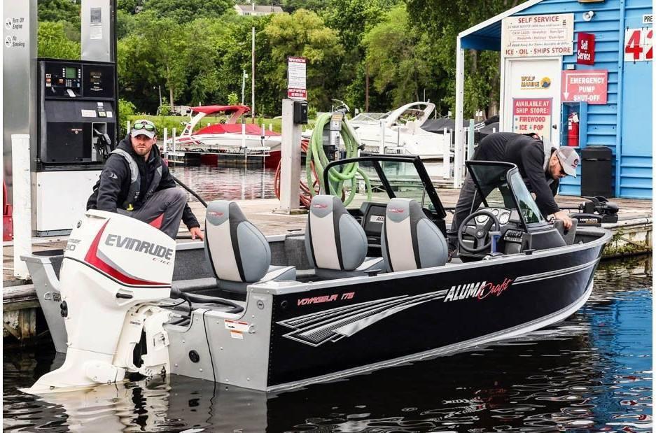 2021 Alumacraft boat for sale, model of the boat is Alumacraft Voyageur 175 Sport SPORT & DUAL CONSOLE WINDSHIELD & Image # 2 of 5