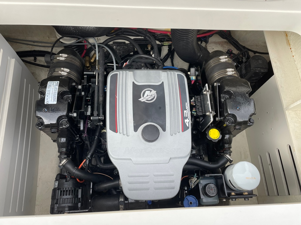2015 Sea Ray boat for sale, model of the boat is SPX 21.5 & Image # 4 of 10