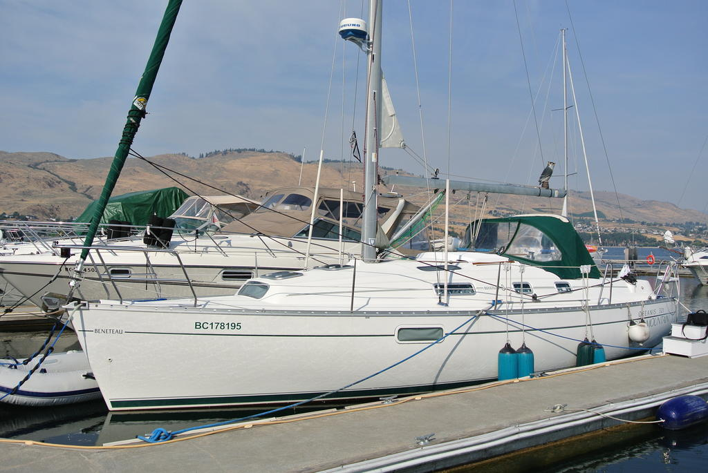 1998 Beneteau boat for sale, model of the boat is Oceanis 321 & Image # 1 of 18